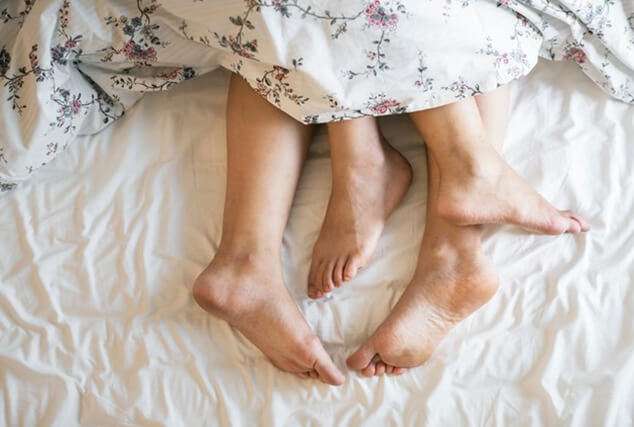 couple_legs_bed